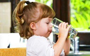 Ребенок пьет активированный уголь