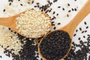 Белые и черные зерна кунжута